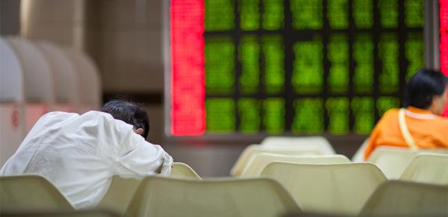 株価下落で落ち込む人