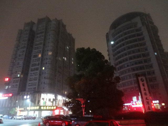 2014年の温州市の中心街。1、2階は商業施設が入っているためかろうじて明るい。今の上海は当時の温州を想起させる(2014年撮影)