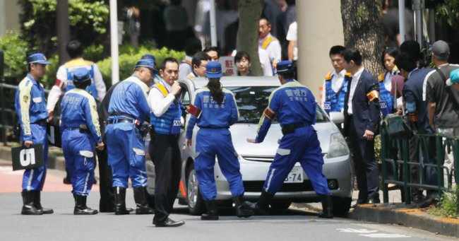 東京・池袋で暴走した車にはねられ母子が死亡した事故現場で実況見分する警視庁の捜査員ら(6月13日撮影、東京都豊島区)