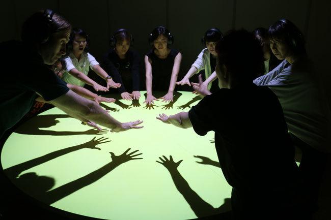 ダイアログ・イン・サイレンスの一コマ。手の動き等のノンバーバル(非言語)の対話