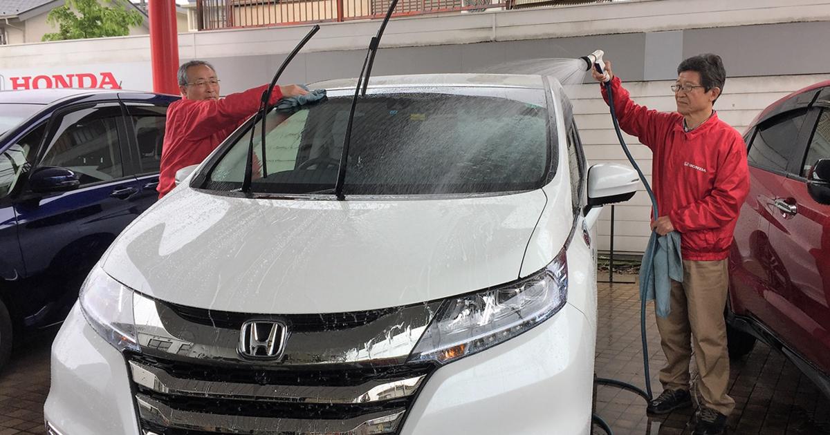 認知症高齢者がディーラーで洗車、斬新介護に注目が集まる理由