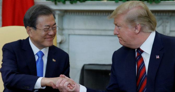 文在寅・韓国大統領と会談するトランプ・米大統領