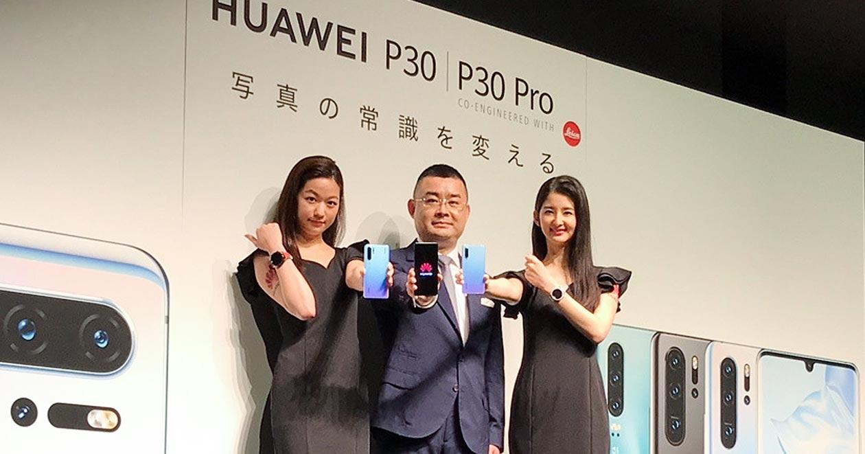21日、ファーウェイの日本法人が新型のスマートフォンを発表。その翌日にソフトバンク・KDDIが同社製品の発