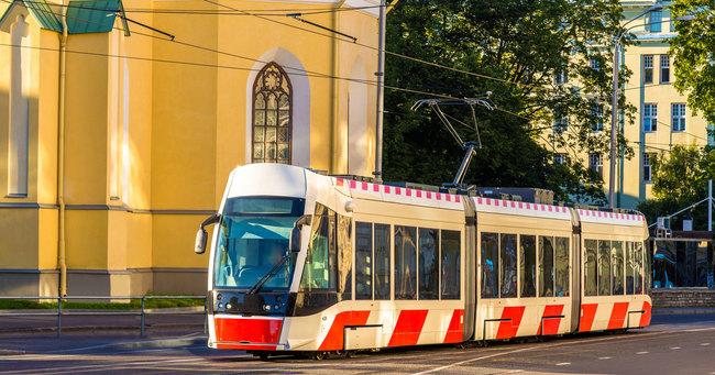 エストニアの首都・タリンでは、住民は公共交通機関を無料で使えます。