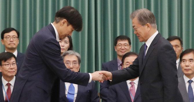 """韓国の野党はチョ氏の強硬任命を""""史上最悪の人事""""とまで非難しており、朝鮮半島というセンシティブな場所に位置する韓国が、どのように政治と経済の落ち着きを目指すか、先行きはますます見通しづらくなっています。"""