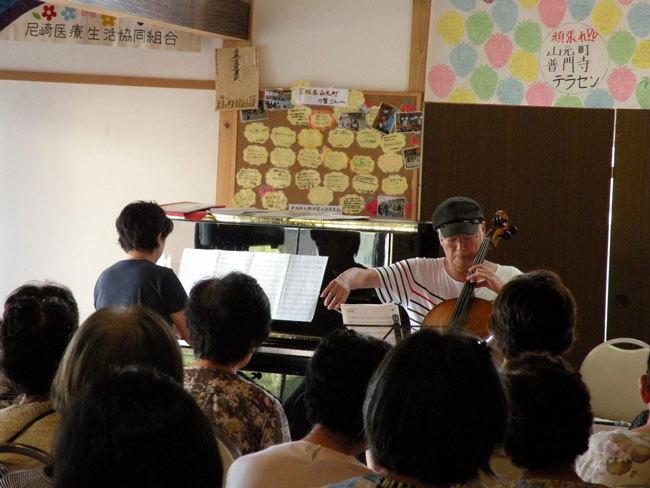 山元町の普門寺で、町の人たちを前に演奏する英順さんとピアノの鳥居はゆきさん