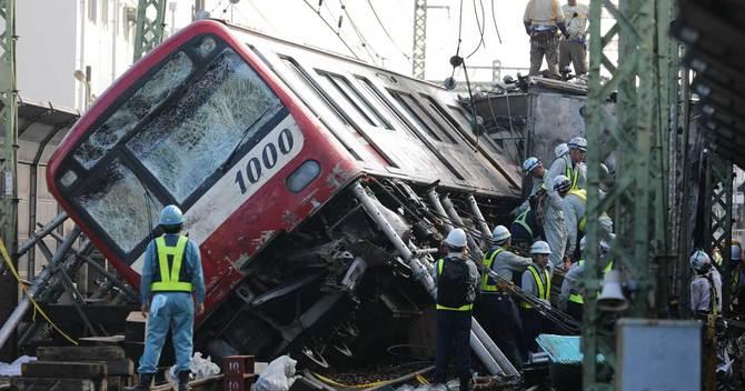 トラックと衝突して脱線した京急電鉄の車両