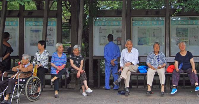 中国を襲う高齢化、経済の歯車が逆回転