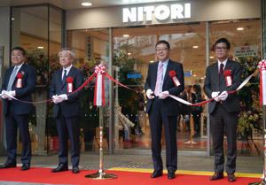 念願の新宿エリアに初出店し、テープカットする似鳥昭雄会長(右から2人目) Photo by Hiroyuki Oya