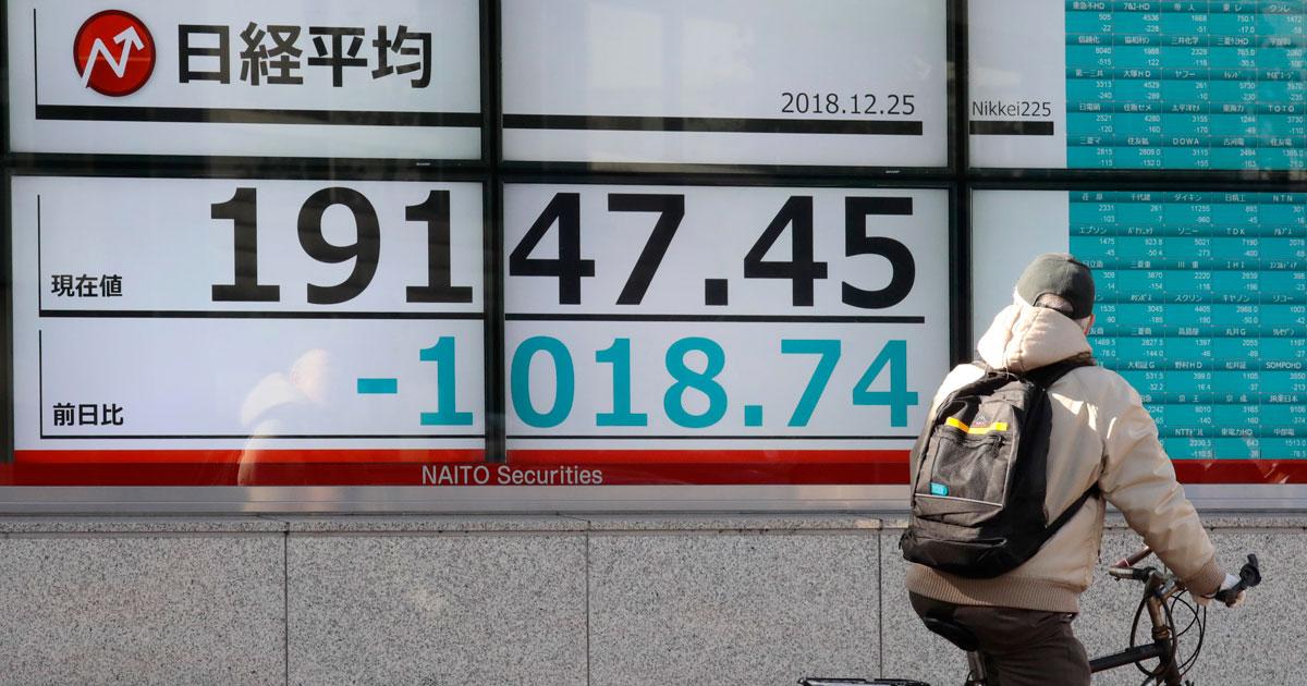 12月25日、日経平均株価は一時1000円以上値を下げた 写真:日刊現代/アフロ