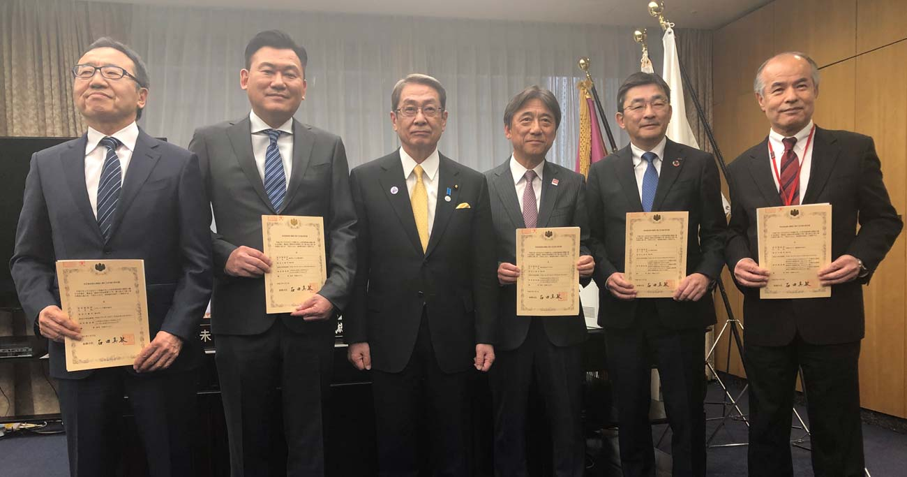 石田真敏総務相から5G認定書の交付を受けた携帯4社の代表は、携帯料金値下げとともに5G設備投資にしのぎを