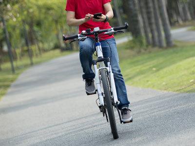 軽い気持ちでつい…の「ながらスマホ」、自転車で死亡事故も起きています。