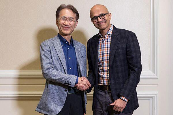 握手を交わすソニーの吉田憲一郎社長兼CEO(左)と、マイクロソフトのサティア・ナデラCEO
