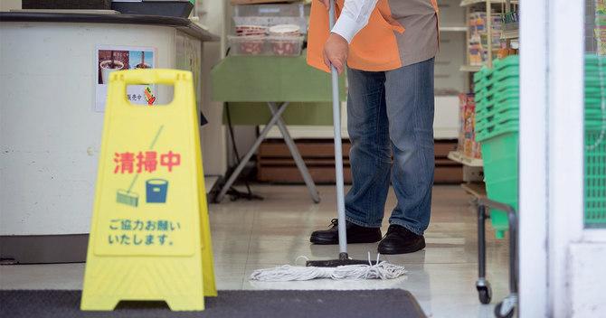 清掃中のコンビニ