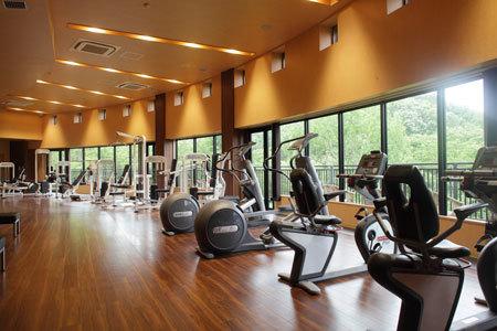 フィットネスジムやジャグジーも整備されている、拓殖大学八王子国際キャンパスの学生寮