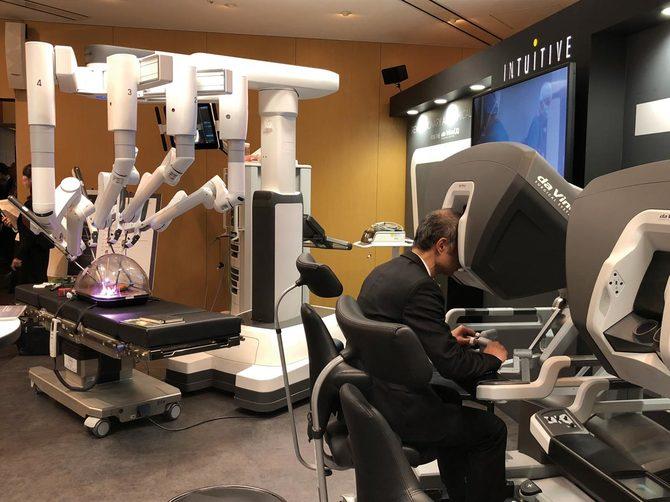 展示ブースでの手術支援ロボット「ダヴィンチ」。国内で約350台が導入され、今年から手術を開始する医療機関も続々。2代目を購入するところも