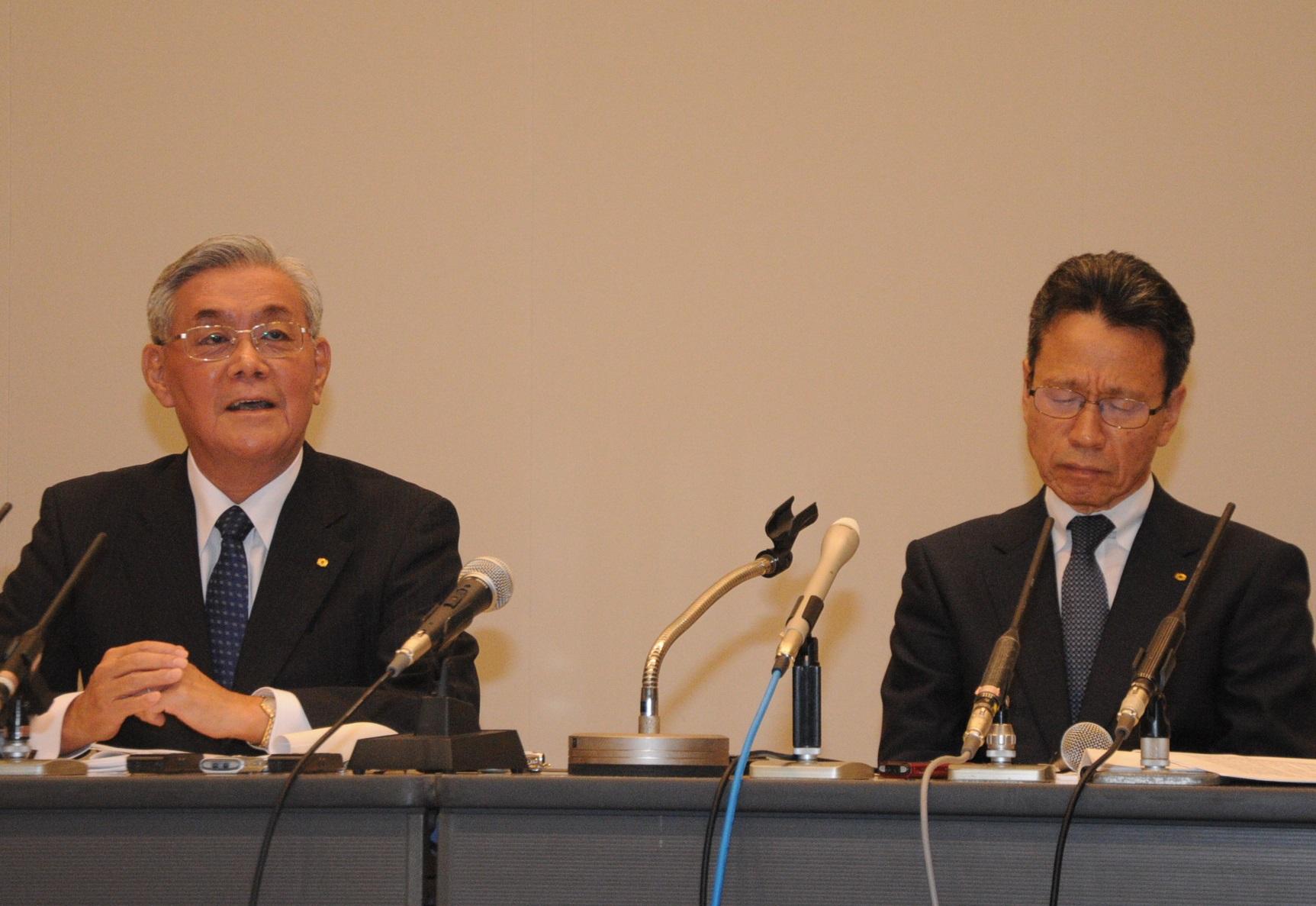 記者会見する関西電力の岩根茂樹社長(右)と八木誠会長。会見中は終始厳しい表情を見せた岩根社長とは対照
