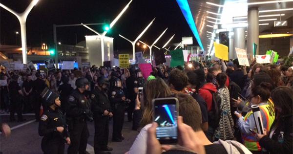 トランプ入国禁止令下のLA空港で記者が見た「カオスと嘆き」