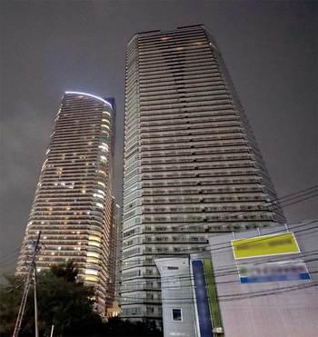 冠水被害の影響で上層階の一部の部屋以外全て電気が消えている武蔵小杉駅前のタワーマンション