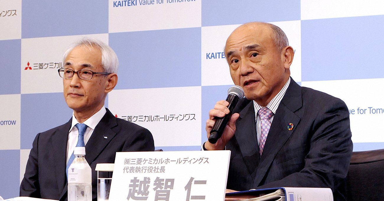 越智仁・三菱ケミカルホールディングス社長(右)は、「ヘルスケア事業を拡大するためには、田辺三菱を売却