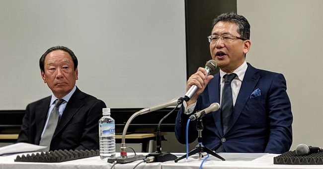 CEO復帰を目指して記者会見するLIXILグループの瀬戸欣哉・前CEO(右)と、川本隆一取締役
