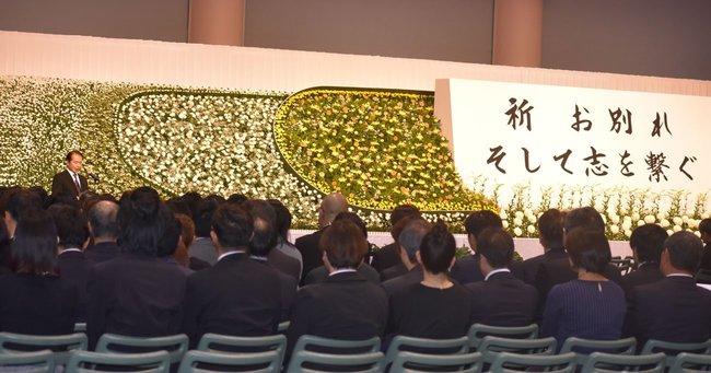 京都アニメーション放火殺人事件の犠牲者をしのぶ式典が開かれ、約500人が参加した
