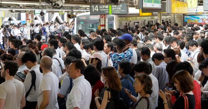 混雑する新宿駅