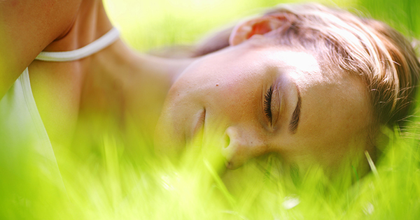 地面に触れて寝る「アーシング」の驚異的なメリットとは
