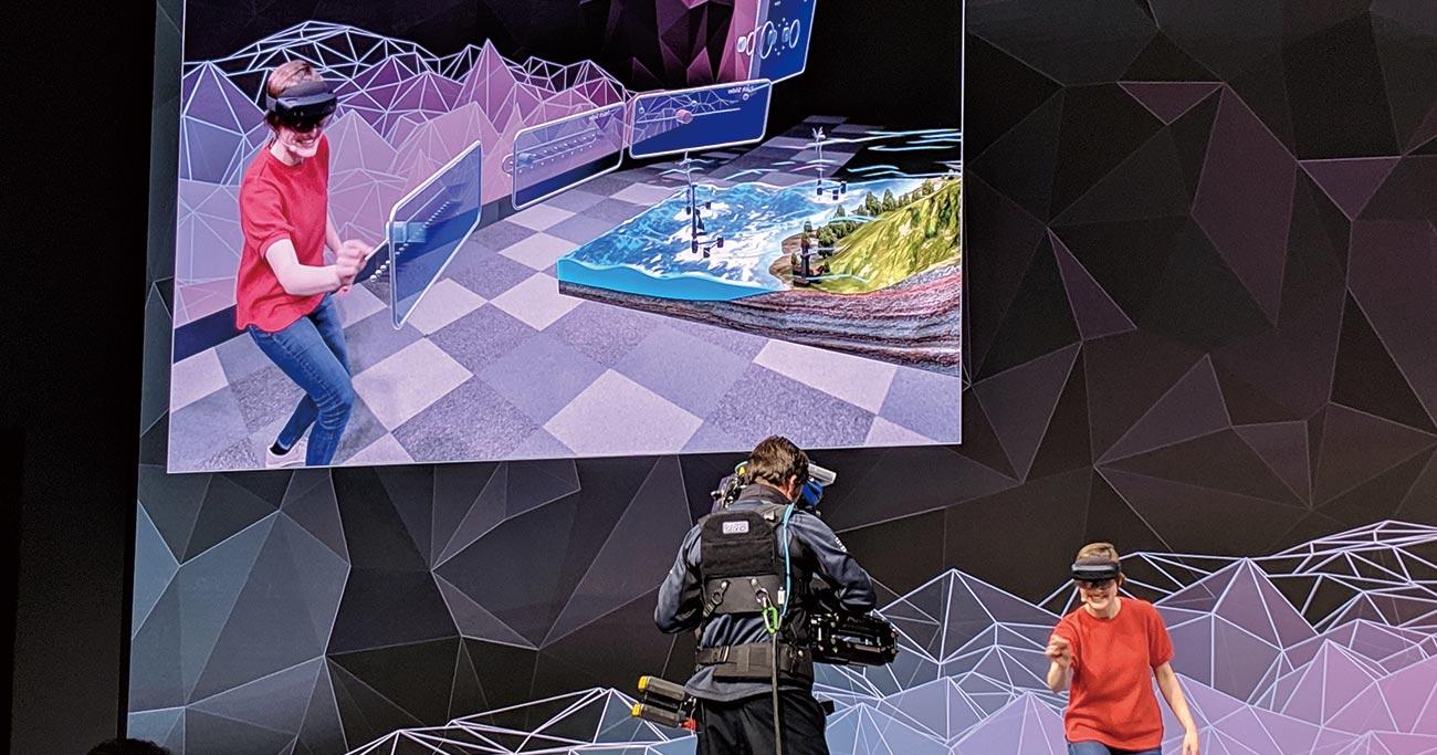 マイクロソフトが発表したホロレンズ2は、空間に浮かぶCGに直接触れるような直感的な操作性が売りだ  Photo