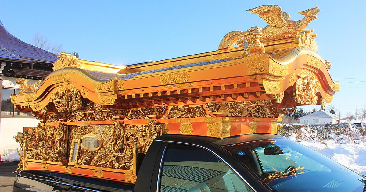 消えゆく宮型霊柩車は、驚嘆の職人技が支えていた
