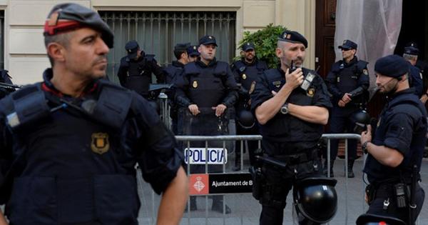 カタルーニャ独立騒動、激化のカギ握る州警察の「葛藤」