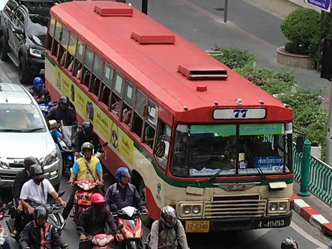 バンコク市街を走る日野自動車のバス