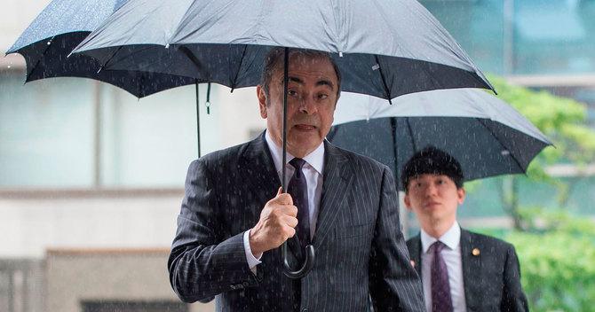 東京地裁に入るカルロス・ゴーン被告