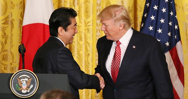 日米首脳会談、異例の厚遇の後に問われる日本の振るまい方