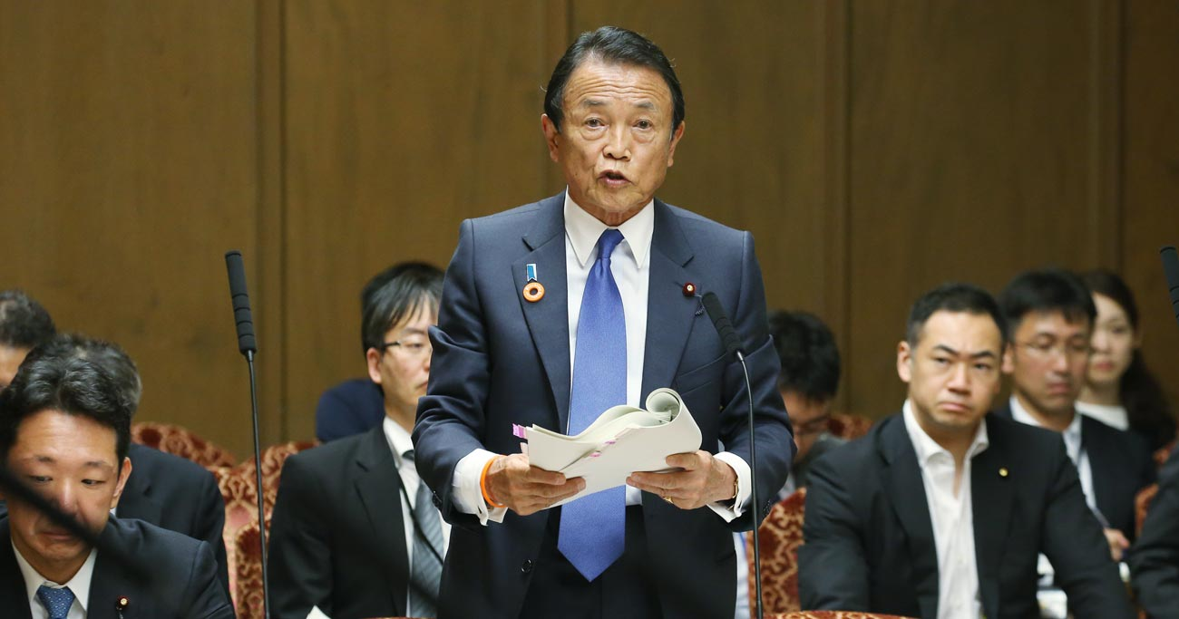 参院財政金融委員会で答弁する麻生太郎金融相=18日、国会内 Photo:JIJI