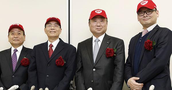 共同CEOの4人。左から、石田氏、戴社長、野村氏、高山氏。2017年12月7日の東証1部復帰会見では、そろいの帽