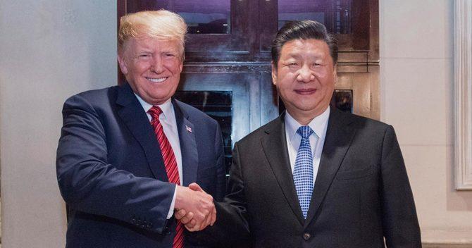 トランプ米大統領(左)と習近平中国国家主席が本心から笑って握手する日は当面来ることはないだろう