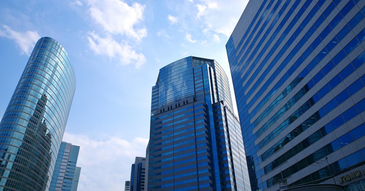 高層ビルで大地震に遭遇!外に避難するか、とどまるか