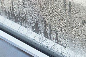 冬場、窓ガラスに発生する結露