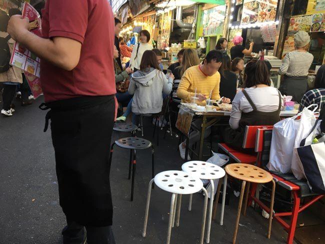 店舗間の競争も激化。せり出すテーブルと椅子で混雑時はいっそう歩きにくくなる