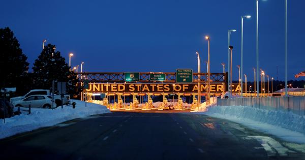 タクシーでカナダ国境へ、移民の「米国脱出」最前線