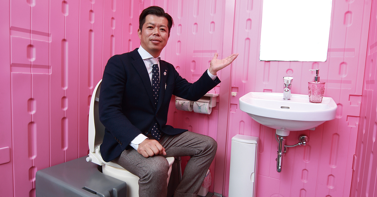 仮設トイレの暗く汚い印象を一掃したら「ピンク」になった