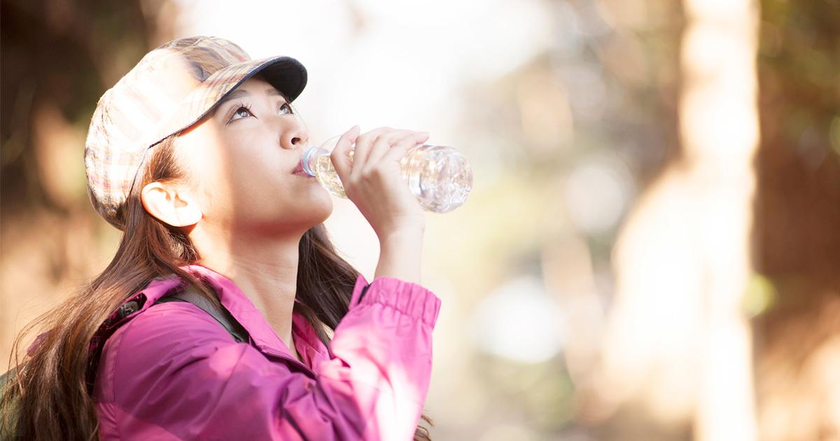 秋の登山でも水分補給を、脱水が体重の2%で危険水域に