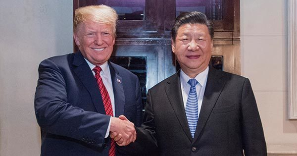 握手をするトランプ大統領と習近平国家主席
