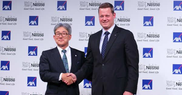 提携を発表するネスレの高岡浩三社長(左)とアクサのニック・レーン社長