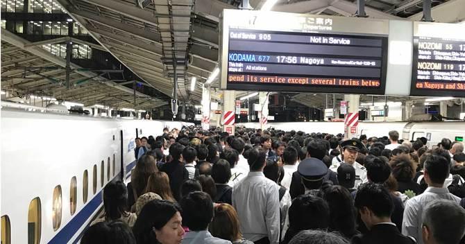 台風上陸前に大混雑する東京駅新幹線ホーム