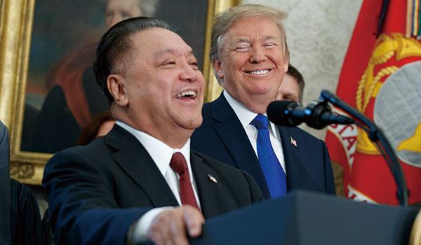 クアルコム買収のため、先手を打って米国移転を表明したブロードコムのホック・タンCEO(左)。半導体業界