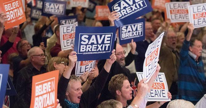 SAVE BREXITのカードを掲げる英国民