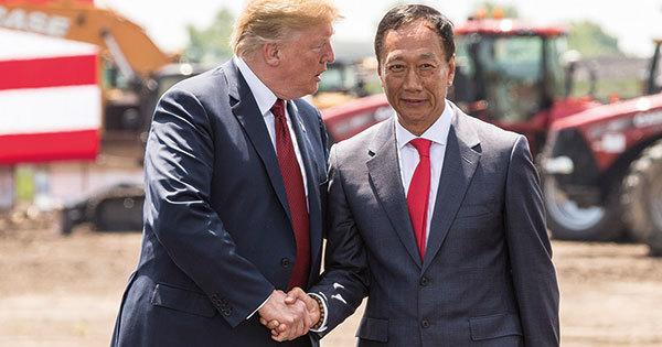 米国ウィスコンシン州の新工場の起工式で握手するトランプ米大統領(左)と鴻海の郭会長