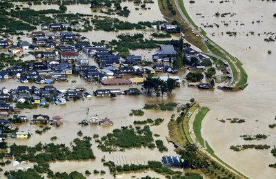 千曲川が氾濫し濁流が住宅地に流れ込んだ長野市内
